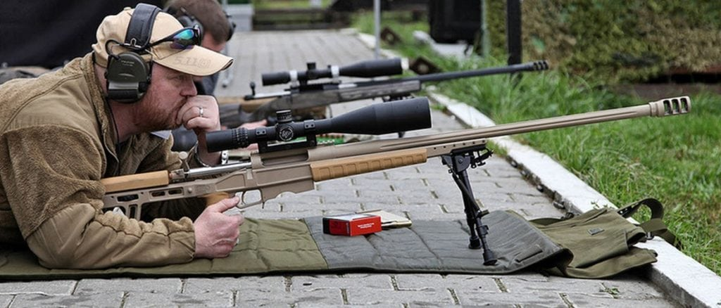 стрелок готовится к стрельбе