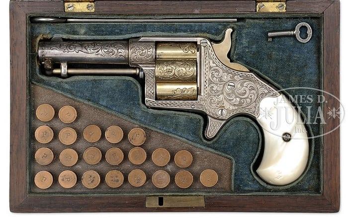 револьвер в коробке