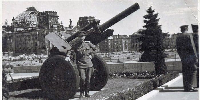 военный возле м-30