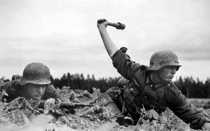 немец бросает гранату