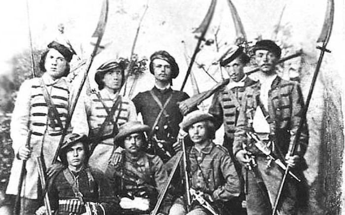 солдаты вооружённые косами