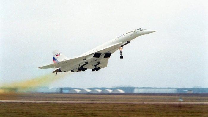 Самолёт Ту-144 поднимается в небо
