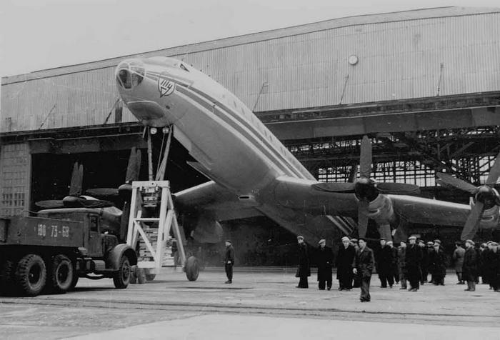 Пассажирский самолет Ту-114