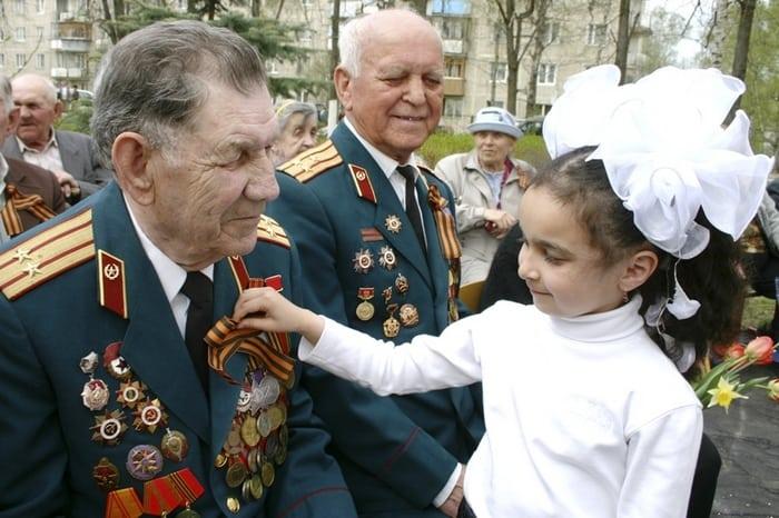 Ветеран с георгиевской ленточкой