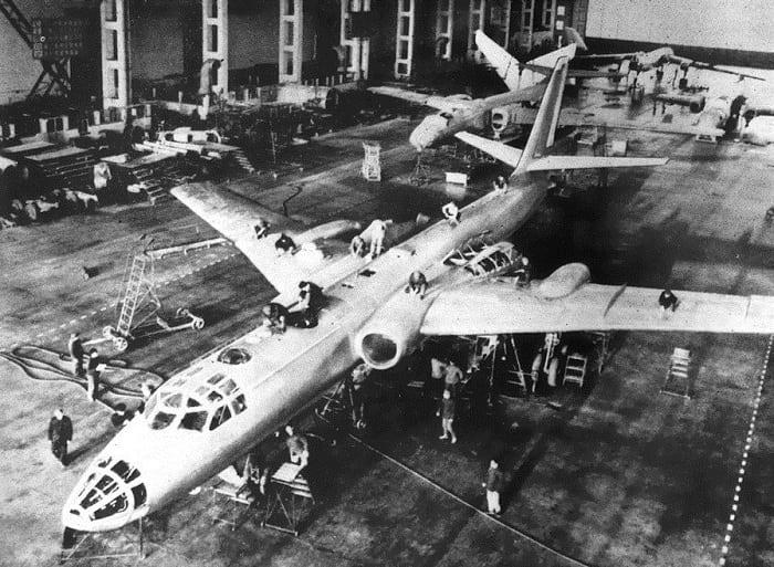 Заводская сборка бомбардировщика Ту-16