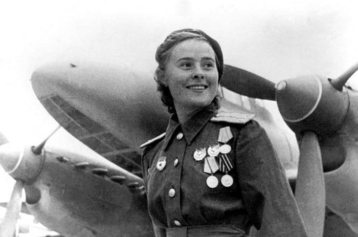 Пе-2 и девушка пилот