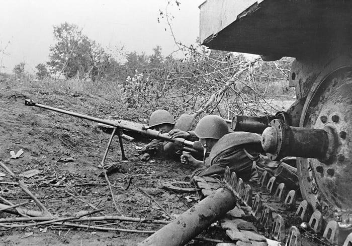 Бойцы с противотанковым ружьем