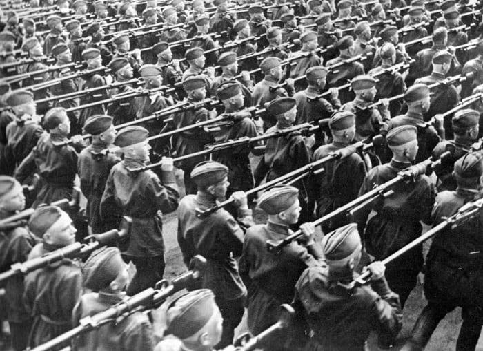 Солдаты с противотанковым ружьем