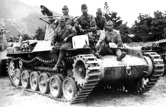 солдаты на танке тип 97