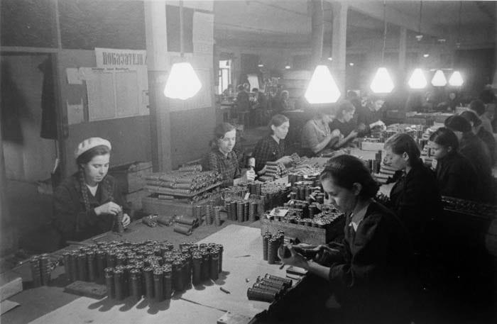 Советские женщины на производстве ручных гранат РГД-33