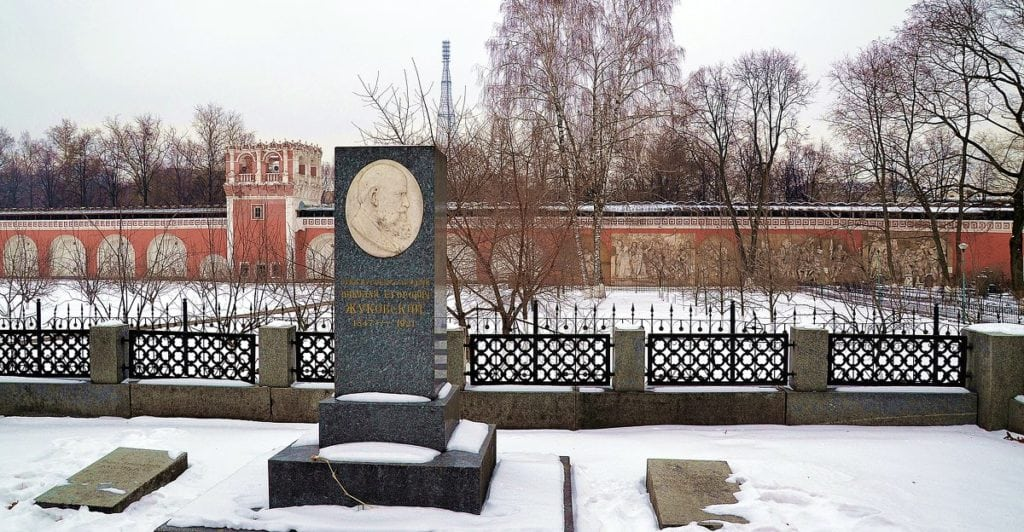 Памятник на могиле Жуковского