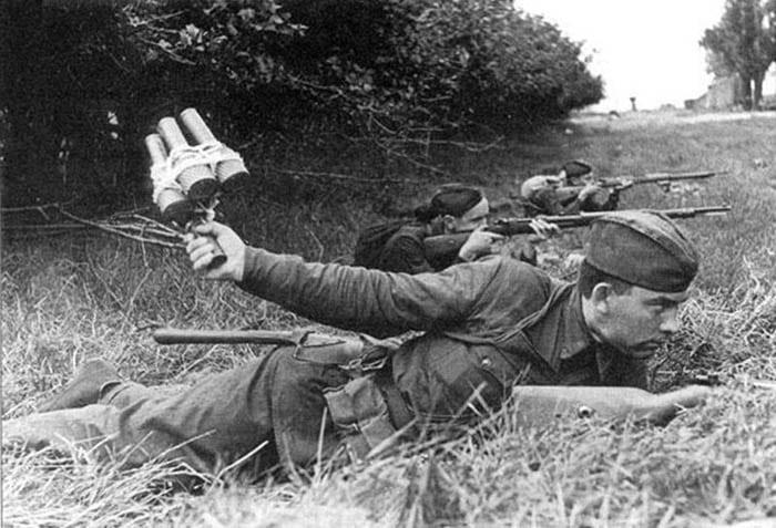 Замах при броске гранаты РГД 33