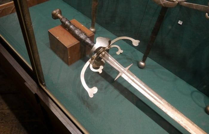 двуручный меч на витрине
