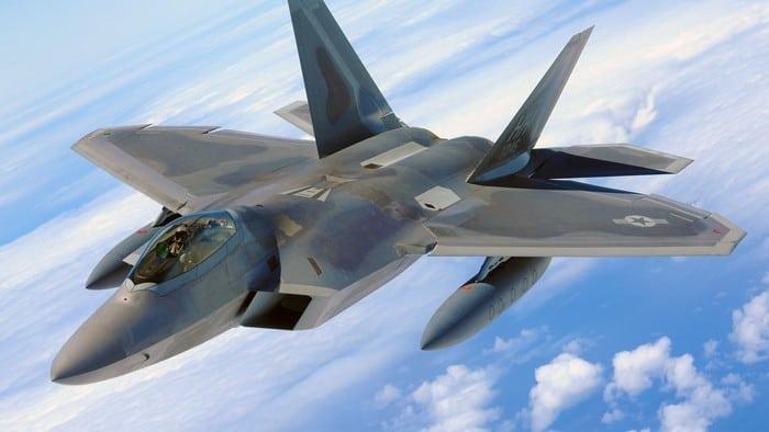 F-22 Raptor в облаках