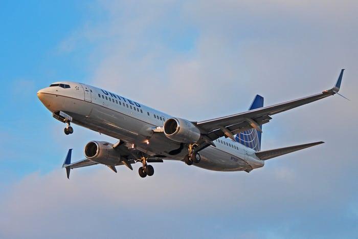 Боинг 737-800 под крылом самолёта