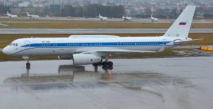 Самолет Ту-214 в аэропорту