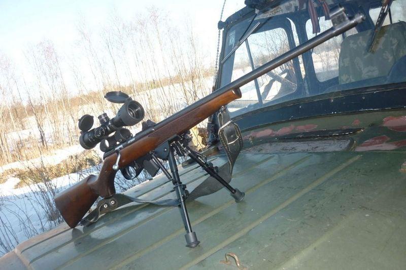 винтовка на капоте